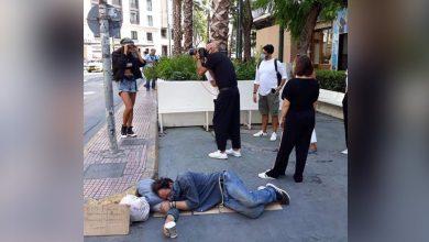 Photo of Σάλος με τη φωτογράφιση δίπλα σε άστεγο