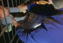 Photo of Απίστευτη διάσωση 2χρονου αγοριού που έπεσε από τον 13ο όροφο και σώθηκε «σκαλώνοντας» στα κάγκελα του κάτω ορόφου (video)